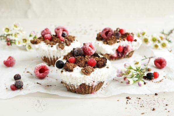 Low Carb Schoko-Walnuss Crumble Muffins gefüllt mit softer Kaffeecreme und Beeren