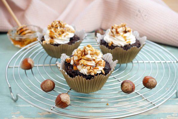 Low Carb Cupcake-Brownies mit Haselnuss-Krokant