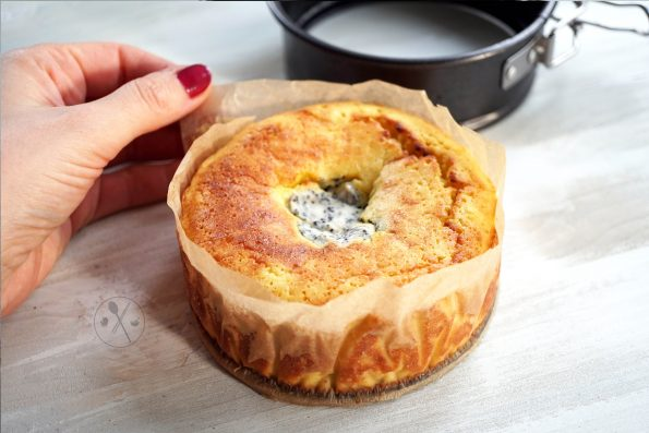 Saftiger Low Carb Zitronen-Käsekuchen mit Kokosmehl und Frischkäse-Mohn-Füllung aus Mandeln.