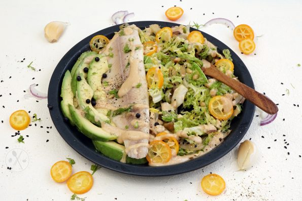 Wirsing-Fenchel Salat mit Räucherforelle & fruchtigem Nussmus Dressing.