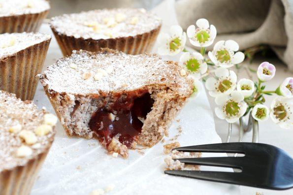 Kohlenhydratarme Haselnuss Muffins mit Zwetschgen Konfitüren Füllung.