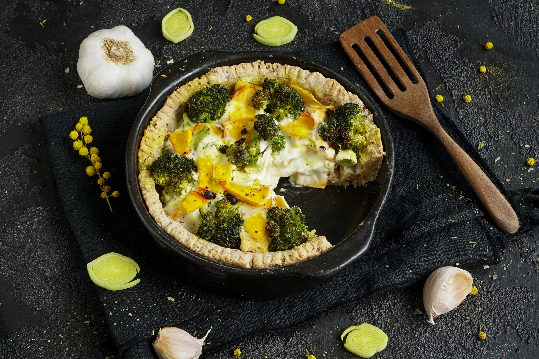 Köstliche Gemüse Quiche mit Veganer Käse-Kräutercreme.